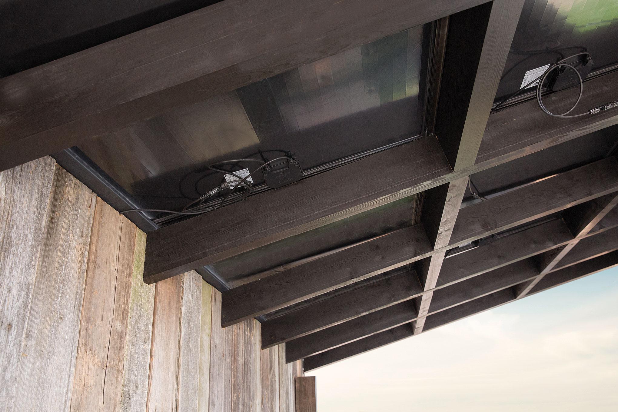 Detail carport met zonnepanelen