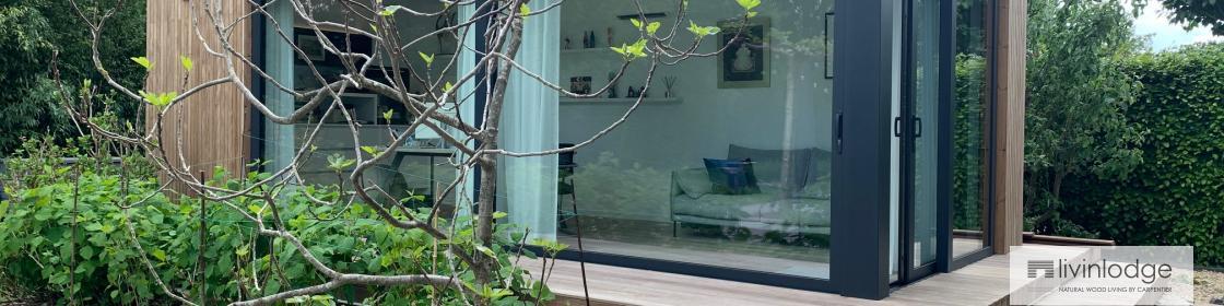 Houten tuinkantoor met bijhorend terras