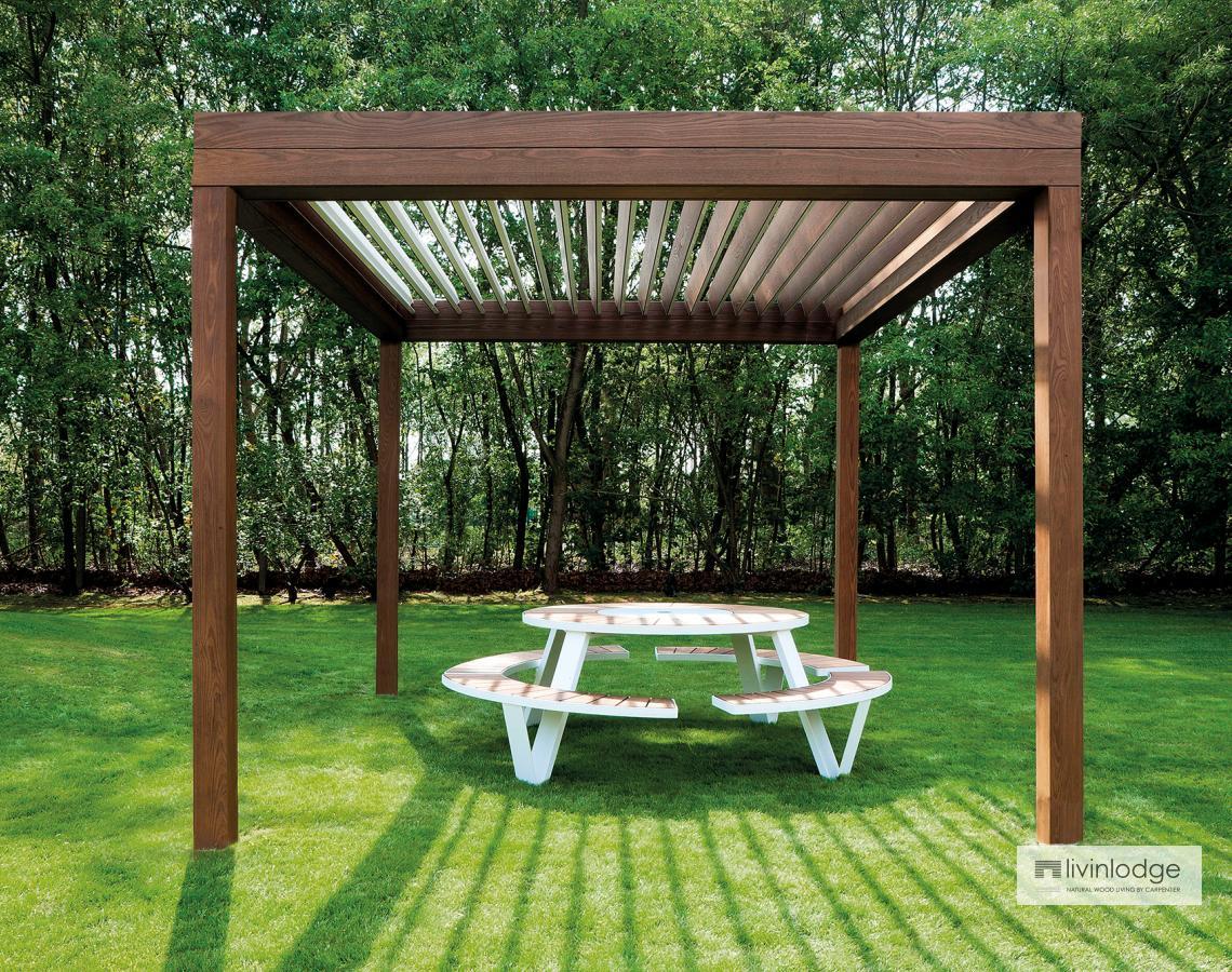 Houten terrasoverkapping met lamellendak livinshades by livinlodge - Voorbeeld van houten pergola ...